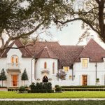 Entrez dans cette maison de campagne française rénovée des années 1930 à Highland Park