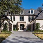 """Trouvez un design français symétrique dans cette maison """"douce et contemporaine"""" de cinq chambres à coucher dans le vieux Preston Hollow"""