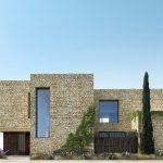 Nichée dans une région viticole du sud de la France, cette villa offre un style de villégiature