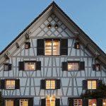 La chasse à la maison en Suisse : Une ferme du 17e siècle avec les mises à jour du Bauhaus