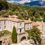 Un château de la Côte d'Azur du XVIIe siècle avec une oliveraie et les vestiges d'un château