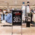 Un vendredi sombre pour les magasins alors que la pandémie pousse les achats de Noël en ligne