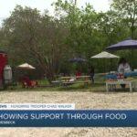 Un camion de nourriture offre des repas gratuits aux forces de l'ordre qui assistent aux funérailles du soldat Chad Walker.
